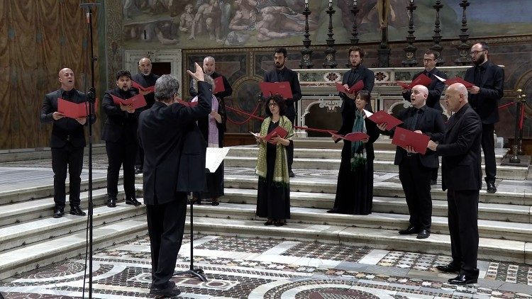 """The performance of a work composed by Josquin in the Sistine Chapel by the """"De Labyrintho"""" choir directed by Maestro Walter Testolin"""