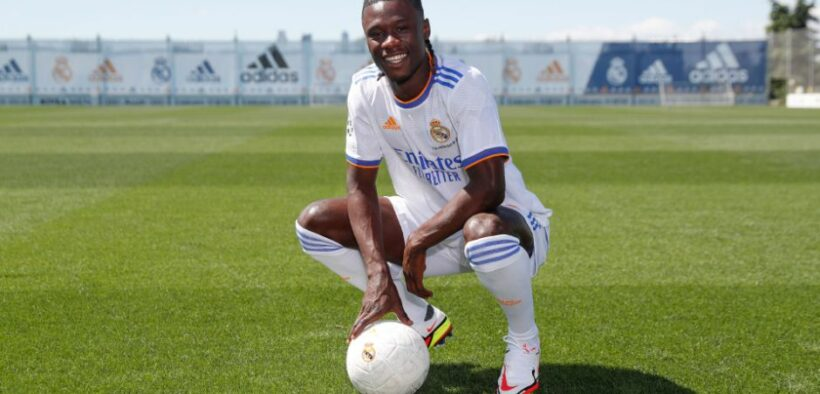 Camavinga poses with the Real Madrid jersey