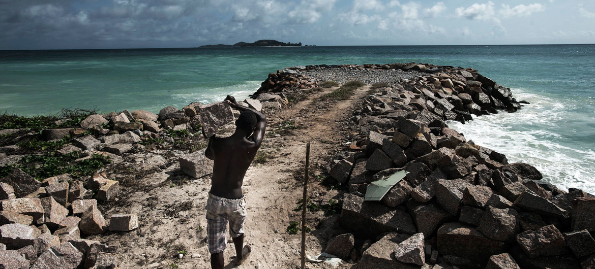 In Seychelles, efforts are undertaken to improve coastal protection from flooding caused by storms and a rise in sea level due to climate change.
